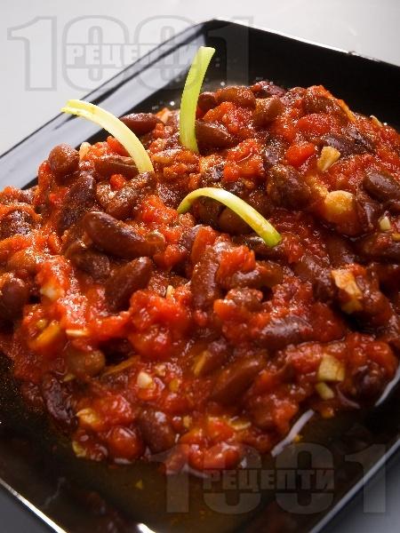 Салата или гарнитура от варен червен боб в доматен сос - снимка на рецептата